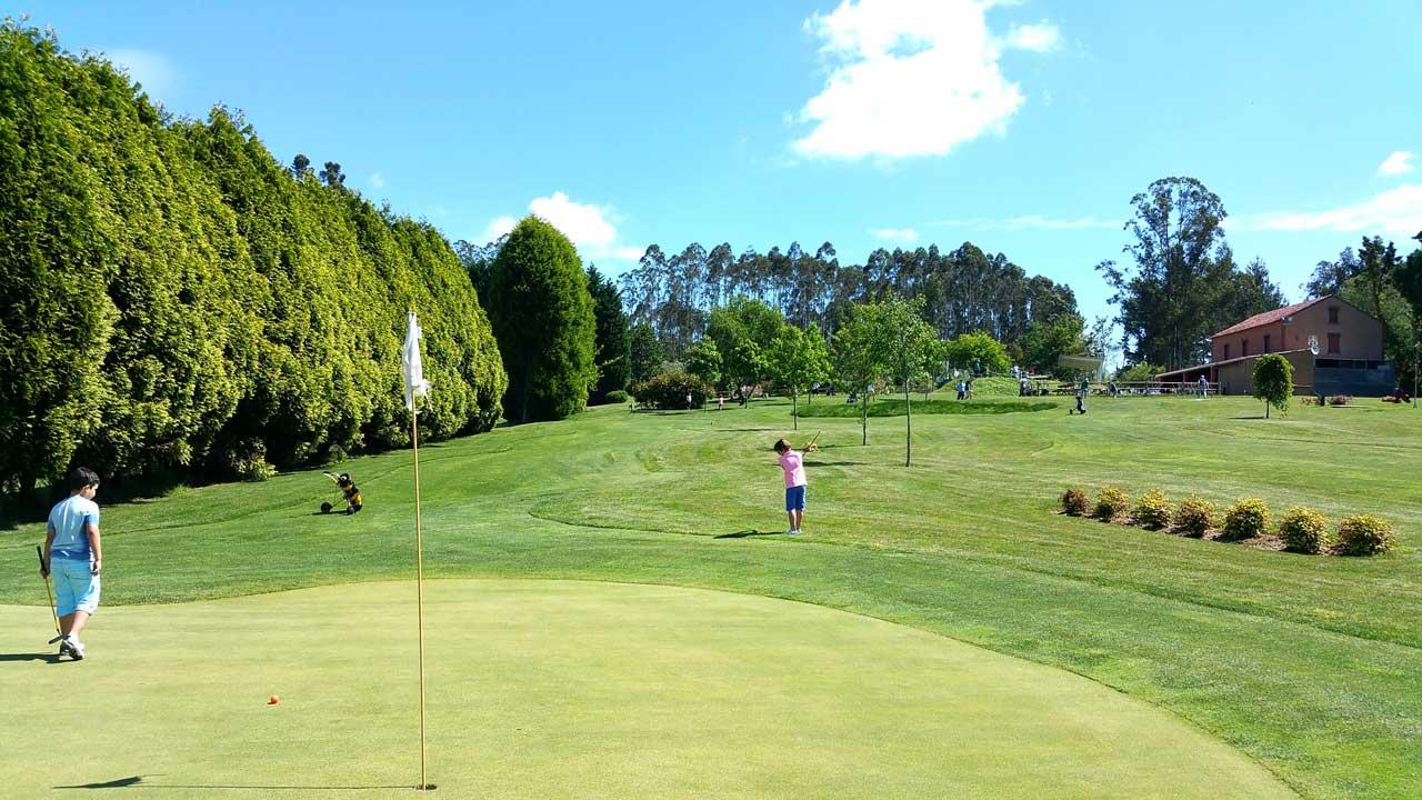 Niños jugando al golf en el Club de Golf Paderne