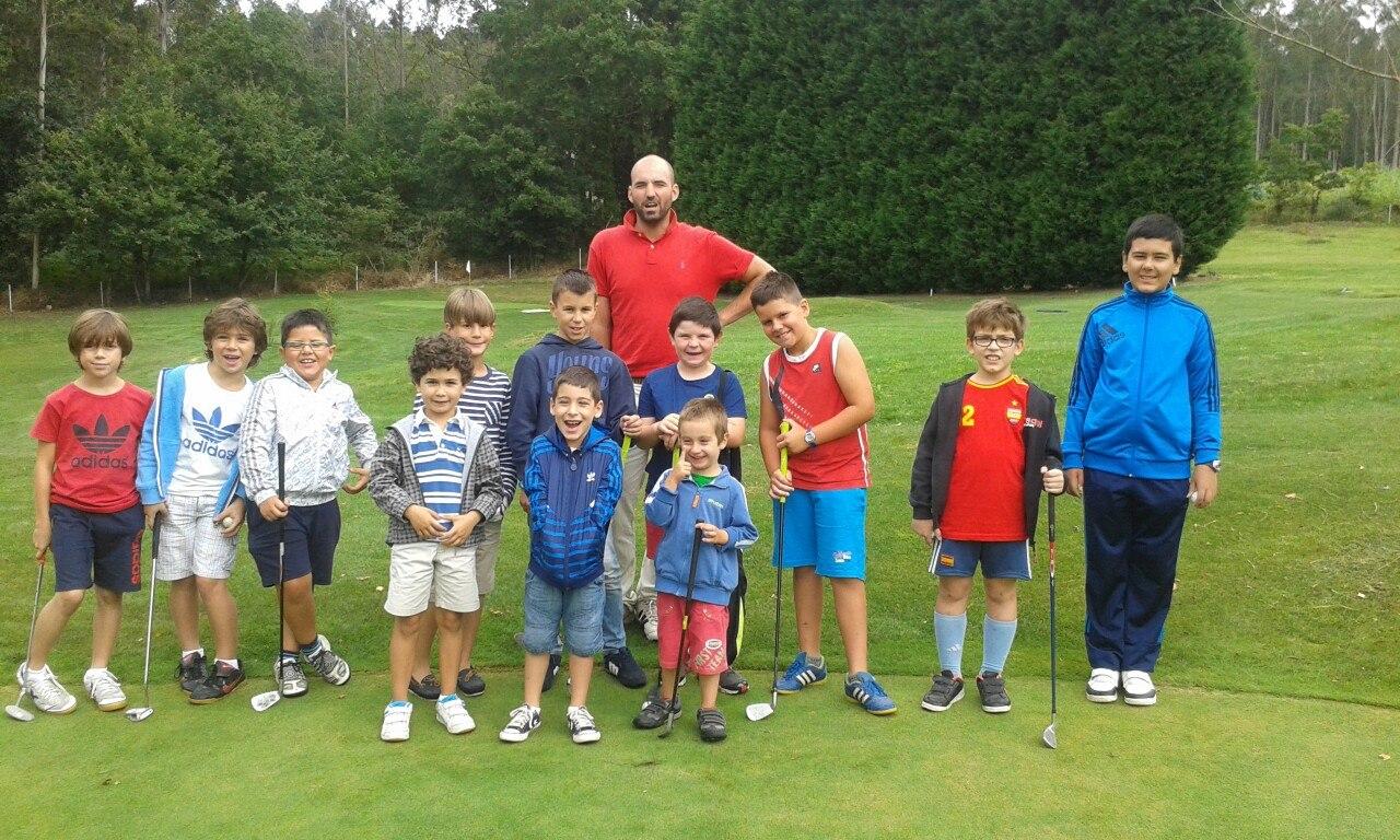 Juan Tomé con sus alumnos de la escuela de golf infantil